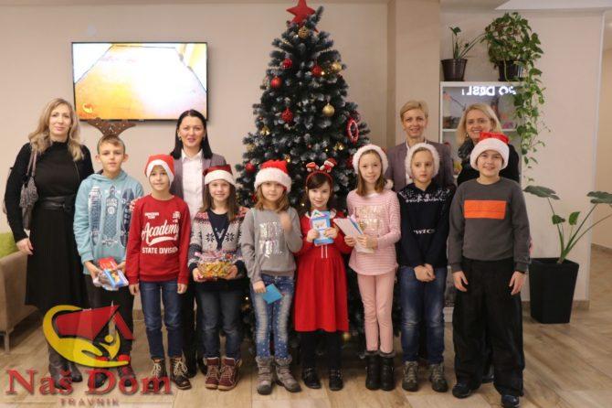 """Veliki osmjesi, čestitke i darovi učenika KŠC """"Petar Barbarić"""" za korisnike Našeg doma (FOTOGALERIJA)"""